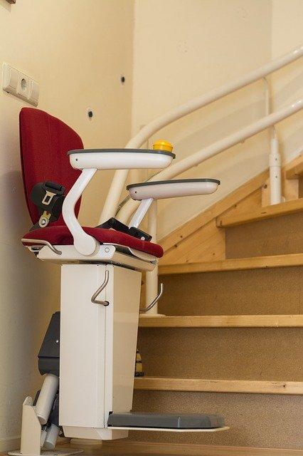Comment rénover un salon pour l'adapter aux besoins d'une personne à mobilité réduite?